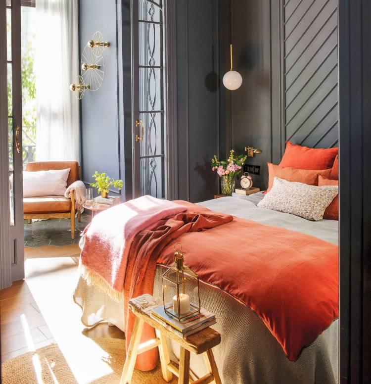 dormitorio-con-juego-cama-coral-y-paredes-gris-oscuro-casi-negro_00492057_7f9005ed_1864x1931